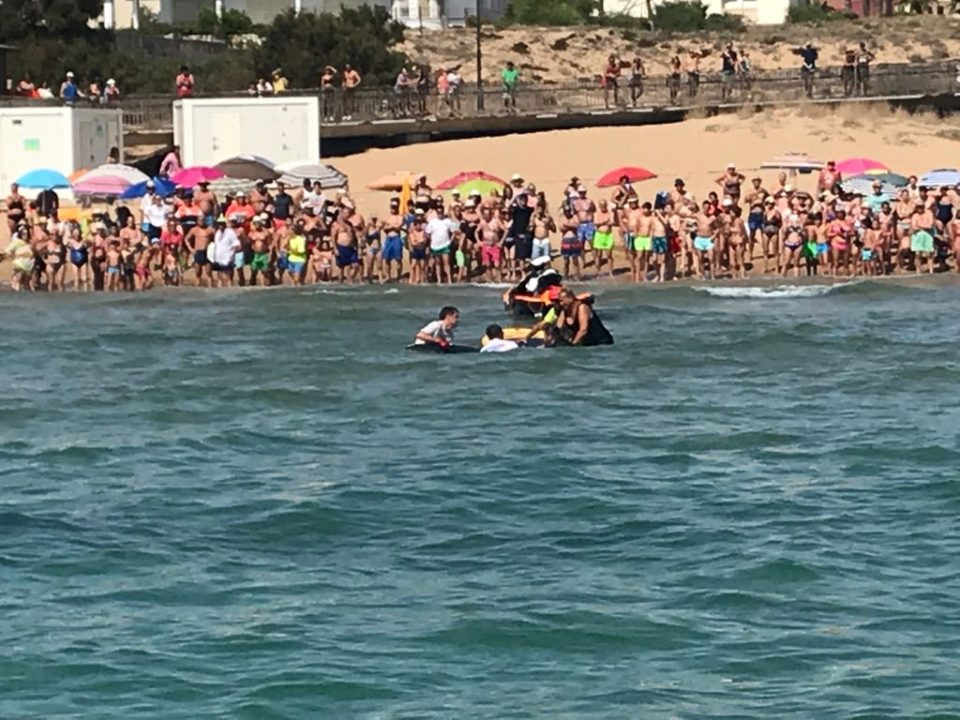 Rescatan una manta gigante en la playa de La Mata 6