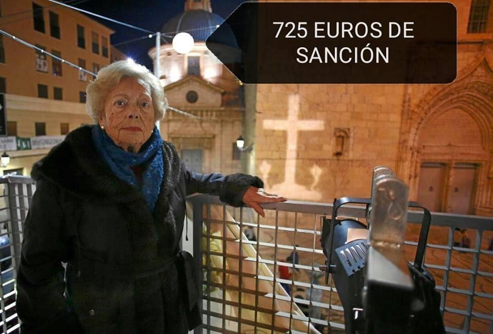La vecina de Callosa que proyectó la cruz desde su balcón recibe una multa de 725 euros 6