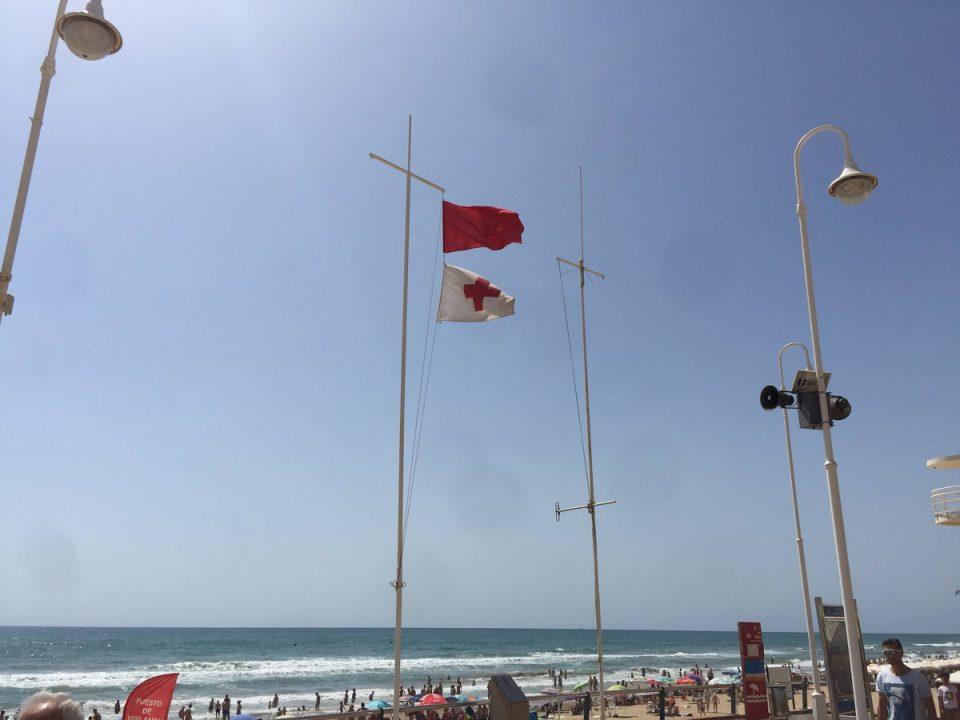 Las playas de Guardamar del Segura ondean la bandera roja 6