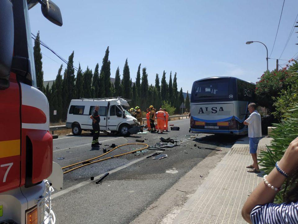 La colisión entre un autobús y una furgoneta deja un fallecido en Orihuela 6