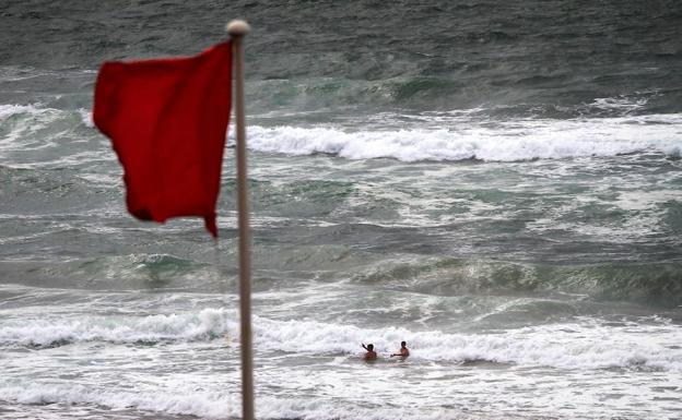 """Cuatro bañistas son sancionados por """"saltarse"""" la bandera roja 6"""
