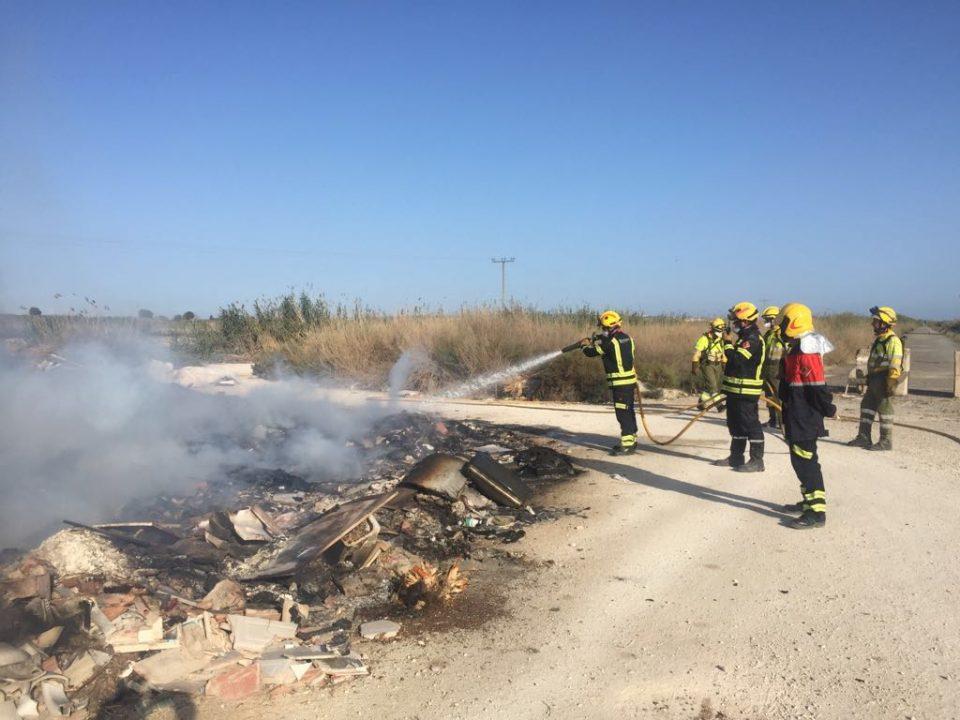 Un incendio calcina 1.000 m2 de matorral en Dolores 6