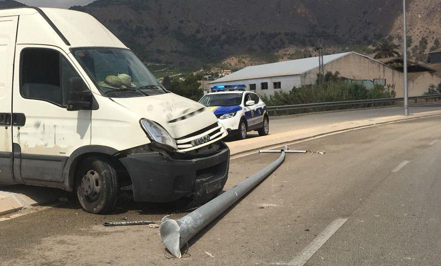 Un conductor resulta herido en un accidente en Orihuela 6