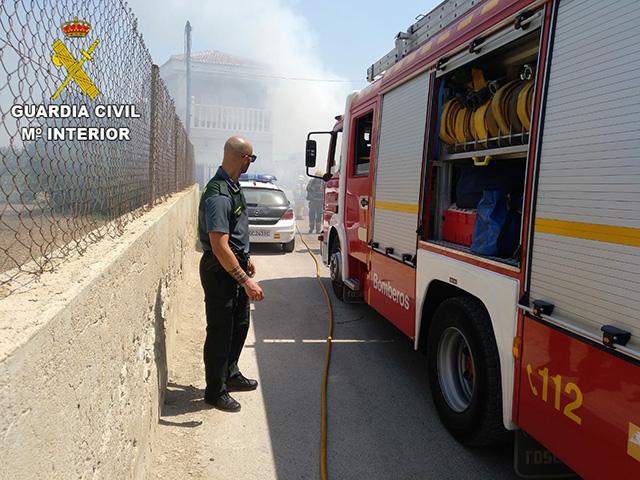 El incendio de un coche en Benejúzar obliga al desalojo de dos ancianos de su casa 6