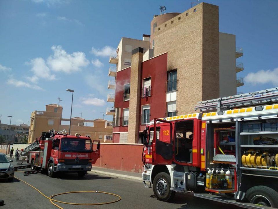 Un incendio requiere de todos los efectivos del parque de bomberos de Torrevieja 6