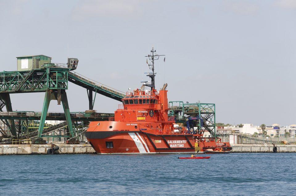 Salvamento marítimo intercepta una embarcación cerca de Torrevieja con un cadáver a la deriva 6
