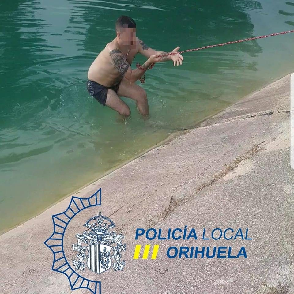 La Policía rescata en Orihuela a un hombre ebrio que cayó a un canal 6