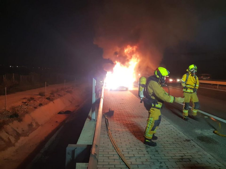Socorren a un hombre al arder su coche en la AP-7 a la altura de Albatera 6