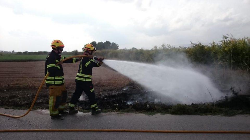 Los bomberos sofocan un incendio en Almoradí y otro en Granja Rocamora 6