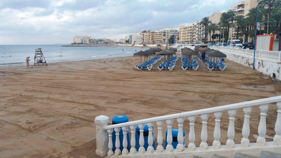 Torrevieja pone solución a las consecuencias del temporal en sus playas 6