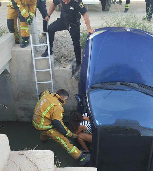 Una joven es rescatada tras caer su coche a una acequia 6