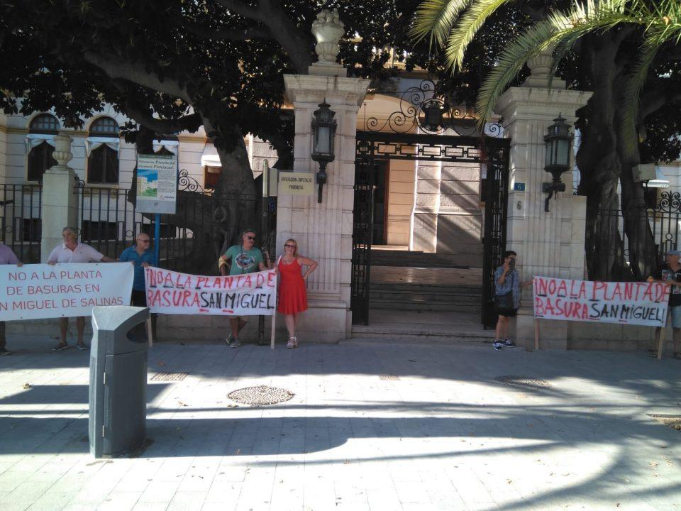 Manifestación en el Consorcio por la posible planta de residuos en San Miguel de Salinas 6