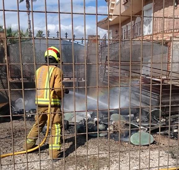 Los bomberos evitan que un incendio alcance a una casa en Benferri 6