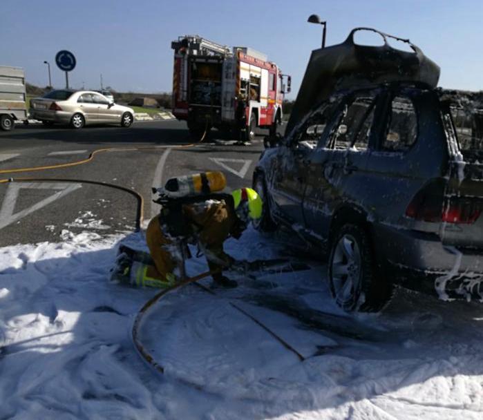 Arde un vehículo en marcha en Los Montesinos 6