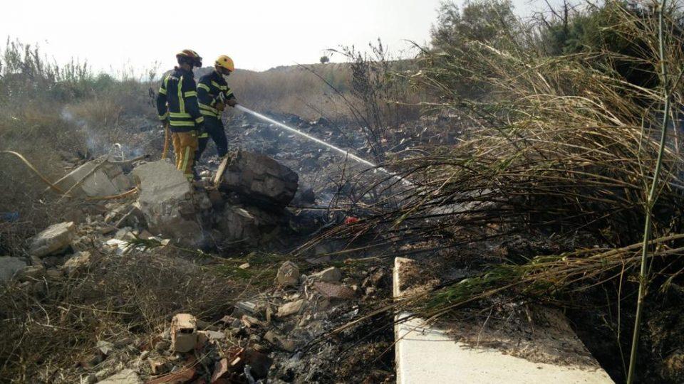 Sofocan un incendio en una zona de matorral y basura en Arneva 6