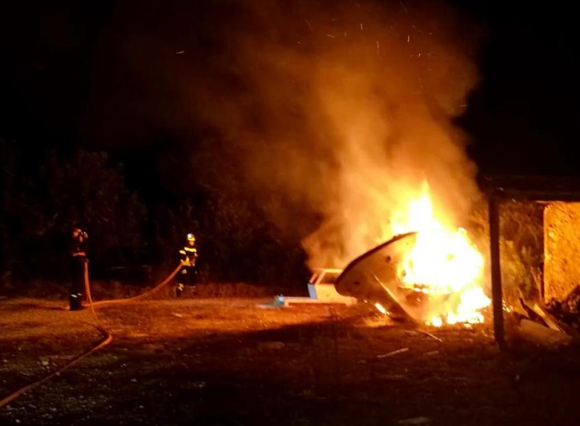 Un incendio calcina una embarcación en Orihuela Costa 6