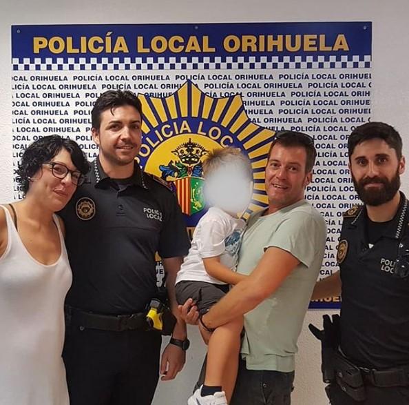 Agentes de la Policía Local salvan la vida de un bañista en Campoamor 6