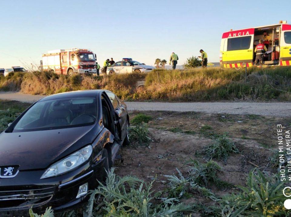 Los Bomberos excarcelan a un hombre de su coche tras un accidente en Rojales 6