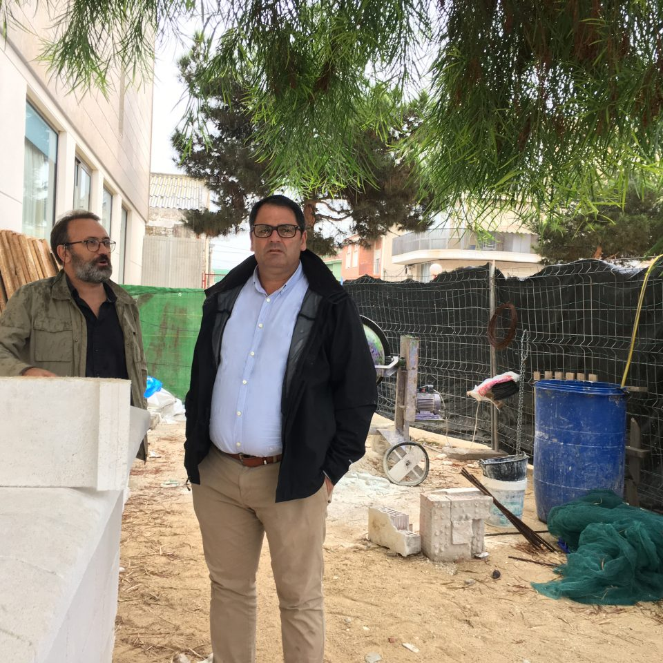 El alcalde de Dolores supervisa las obras del Plan Edificant 6