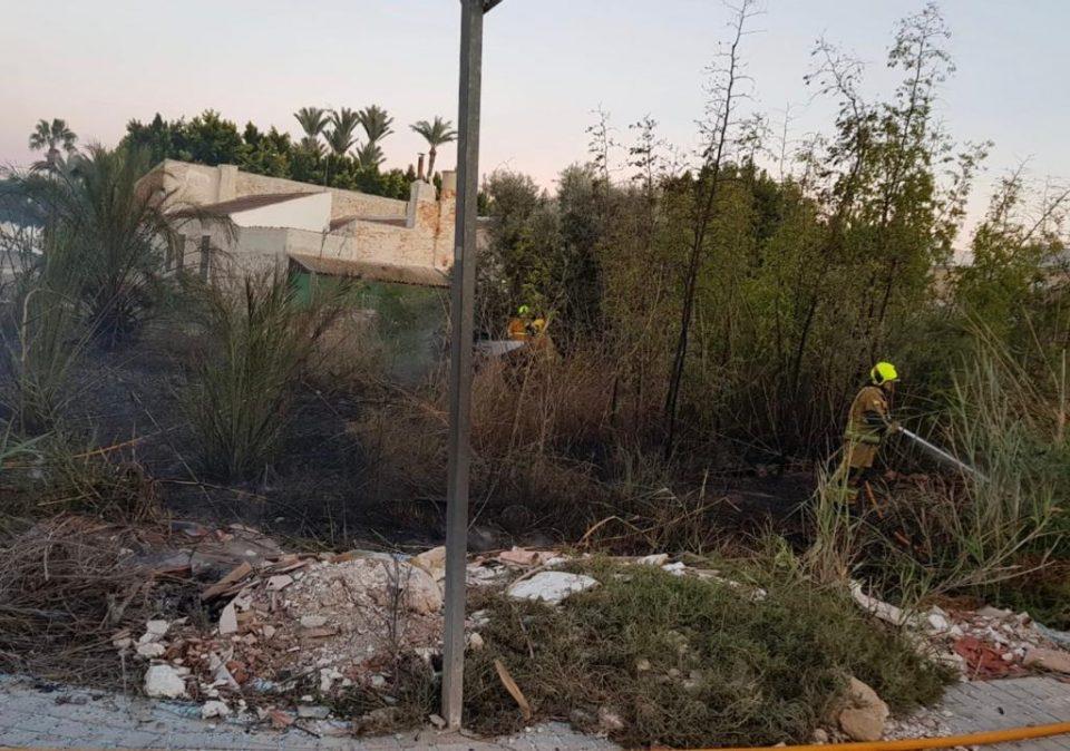 El fuego calcina 600 metros cuadrados de una parcela en Catral 6