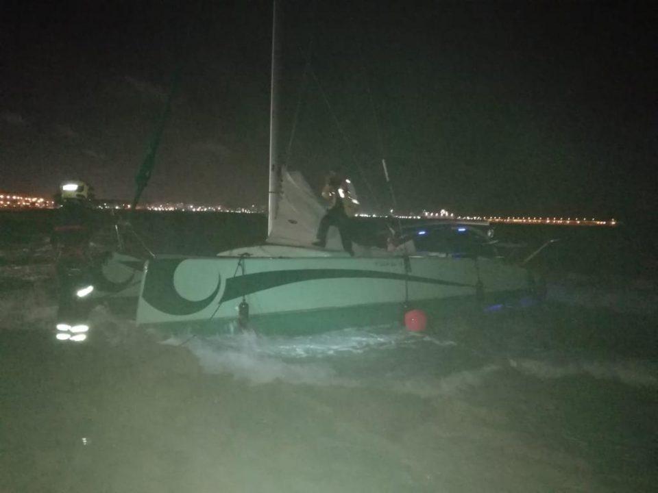 Los bomberos rescatan un catamarán en Torrevieja 6