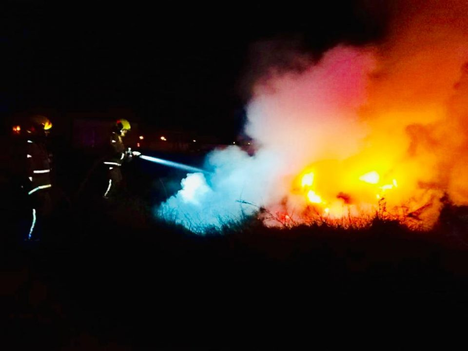 Los bomberos evitan la propagación de un incendio a una nave de La Campaneta 6