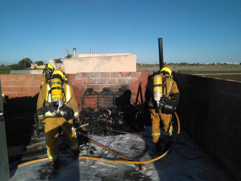 Los bomberos intervienen en el incendio de una vivienda en Almoradí 6