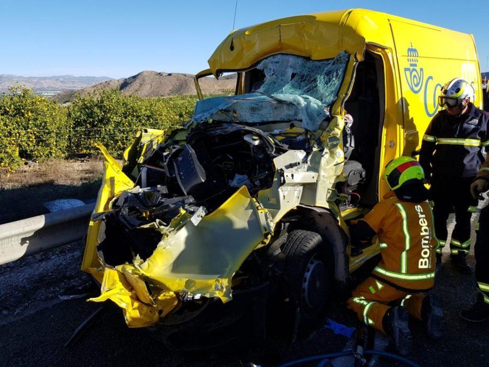 Excarcelan a un hombre atrapado en su vehículo tras un accidente en Orihuela 6