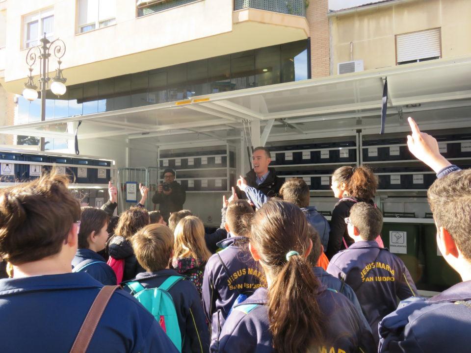 Los escolares aprenden qué residuos se pueden reciclar en el ecoparque del Consorcio 6