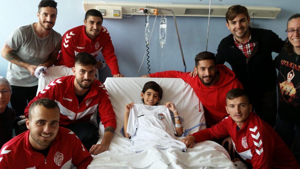 El CD Torrevieja visita a los niños del Hospital Universitario de Torrevieja 6