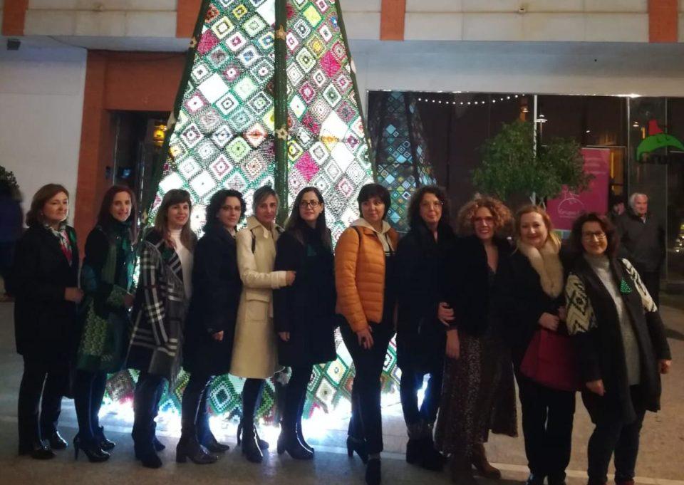Un grupo de mujeres de Bigastro teje un gran árbol de Navidad de ganchillo 6