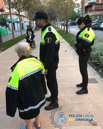 La Policía Local ayuda a una mujer con alzheimer a volver a casa 6