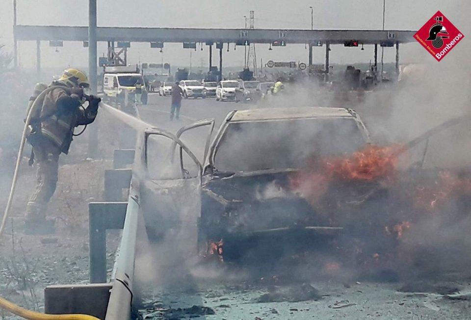 El incendio de un coche en la AP-7 provoca retenciones en Los Montesinos 6
