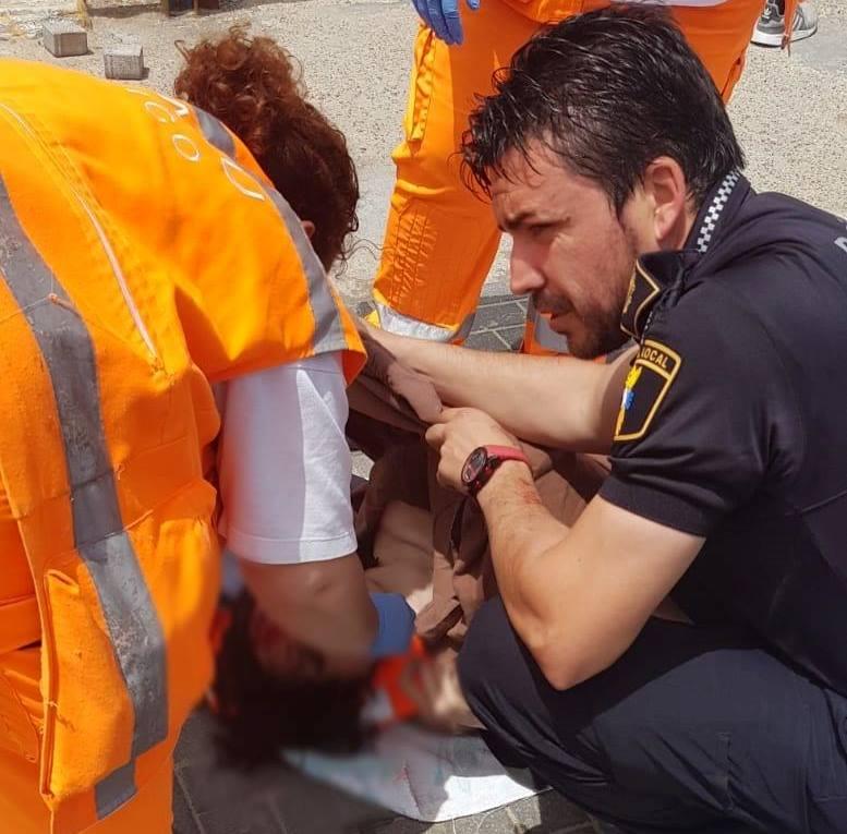 Un agente salva a un joven de morir ahogado en Cabo Roig 6