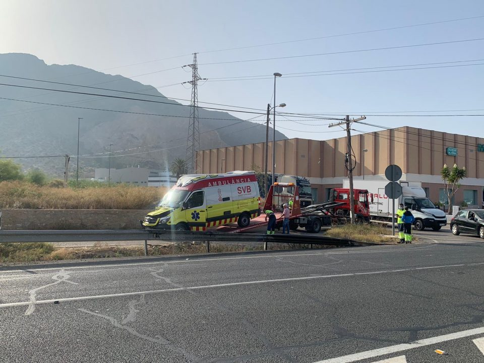 Un ambulancia sufre un accidente en el Barrio San Carlos 6