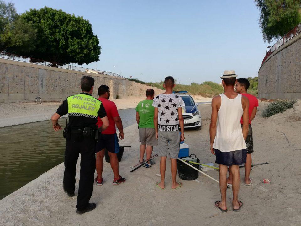Prohibido pescar en los malecones del río en Rojales 6