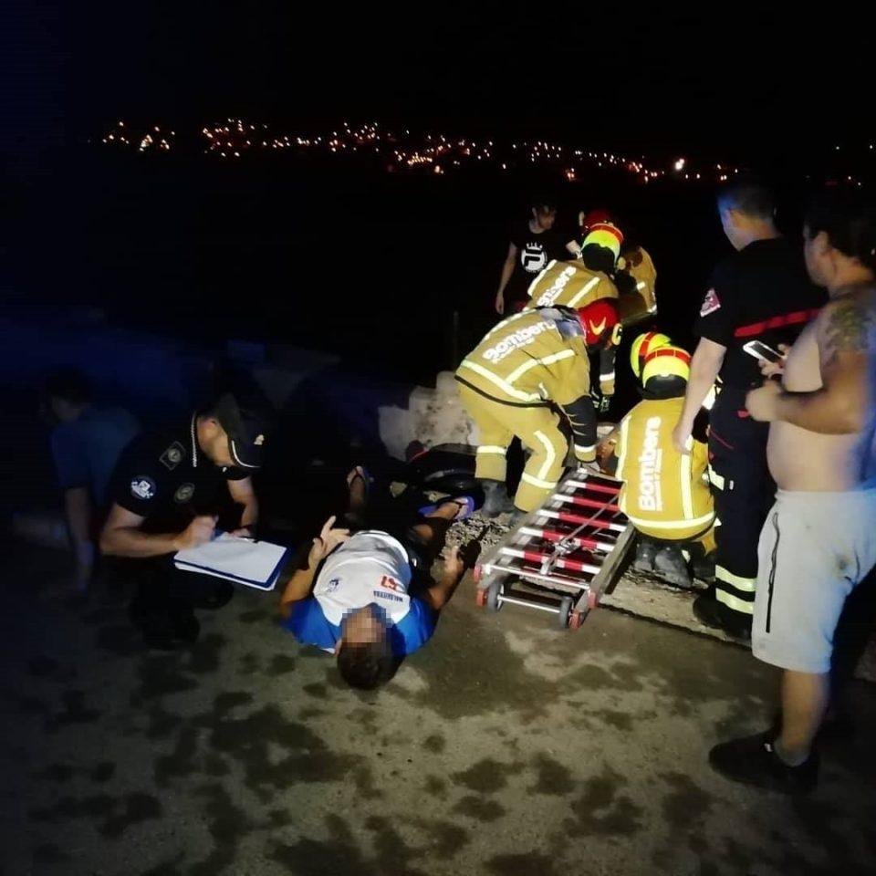Cuatro heridos al volcar un coche en la acequia del Camino de Enmedio 6