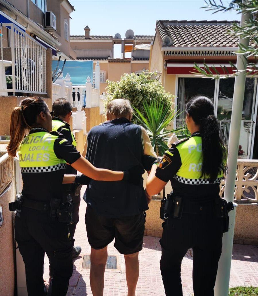 La Policía Local de Rojales encuentra a un anciano desubicado en la calle 6