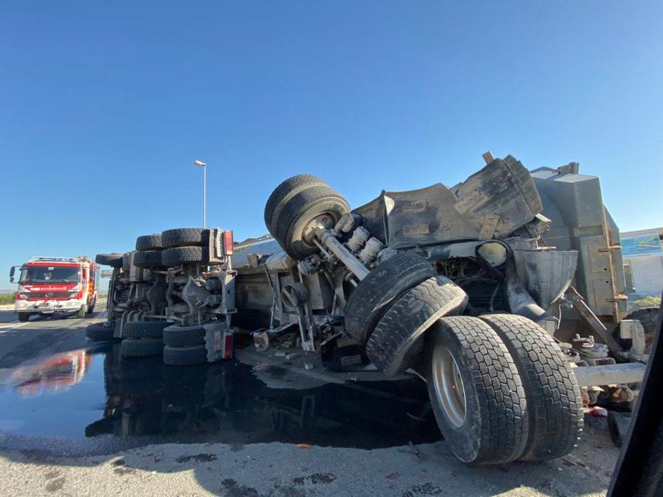 Vuelca un camión en una rotonda de Formentera del Segura 6