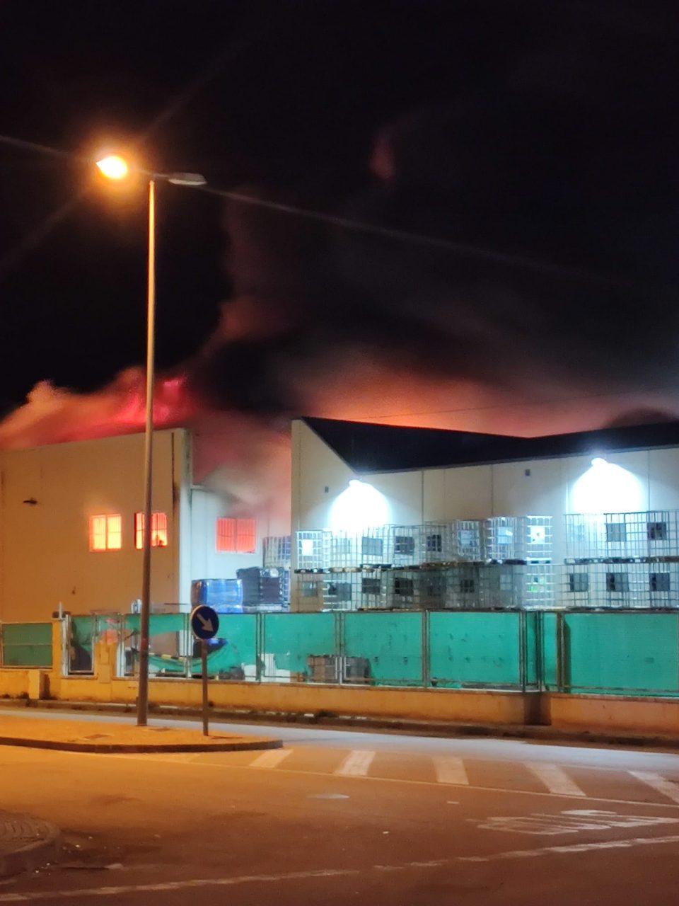 Incendio en una nave en el polígono Mos del Bou de Albatera 6