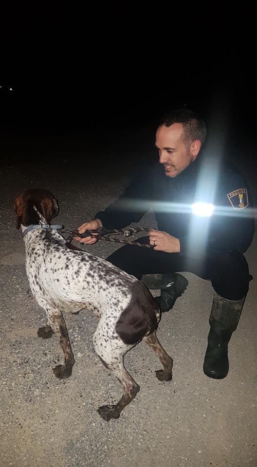 Un perro queda atrapado en un azarbe y la policía lo salva 6