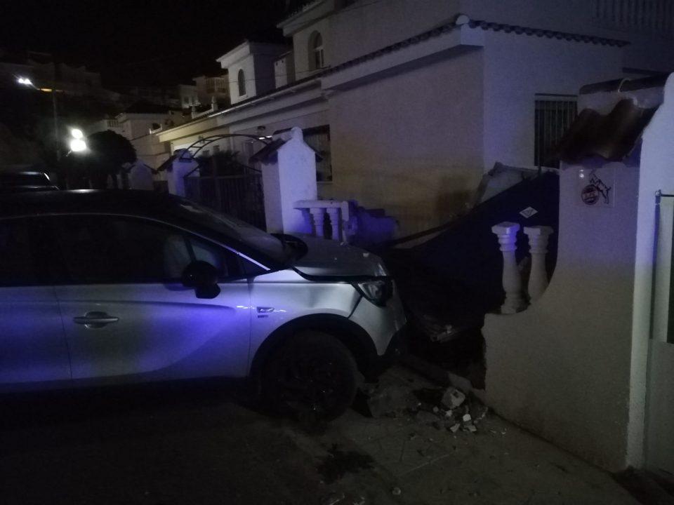 Un coche se empotra contra una pared con contadores eléctricos y deja sin luz a toda la comunidad 6