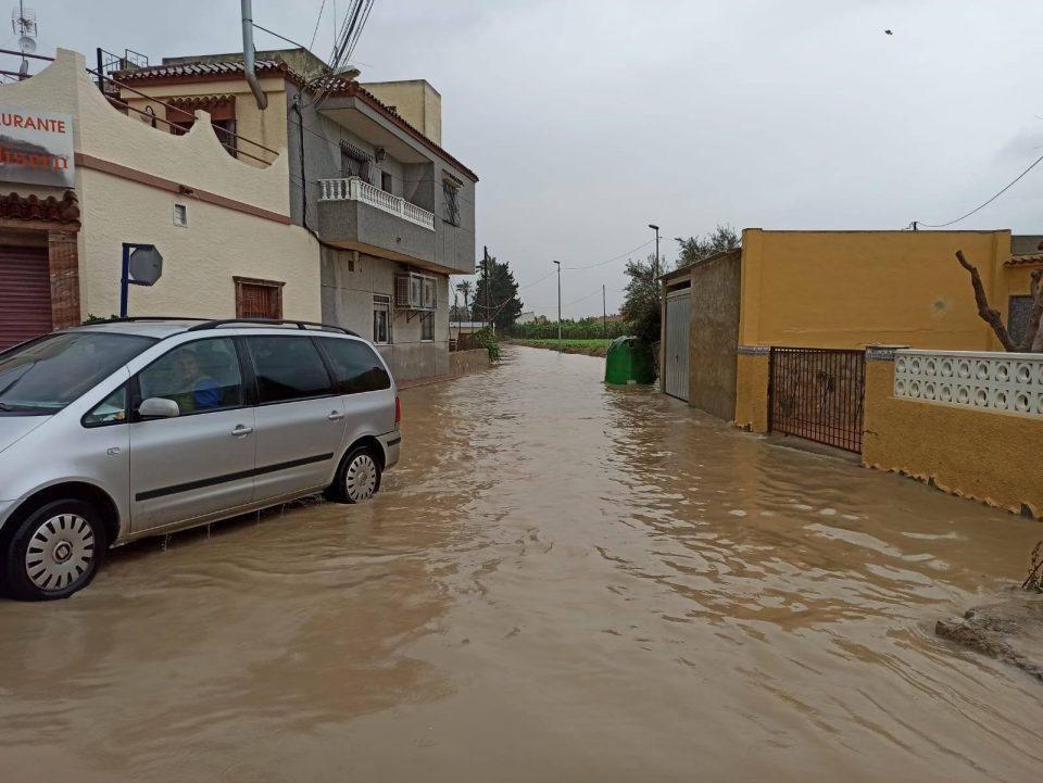 Calles cortadas por la Policía Local en Orihuela por la lluvia y el viento 6