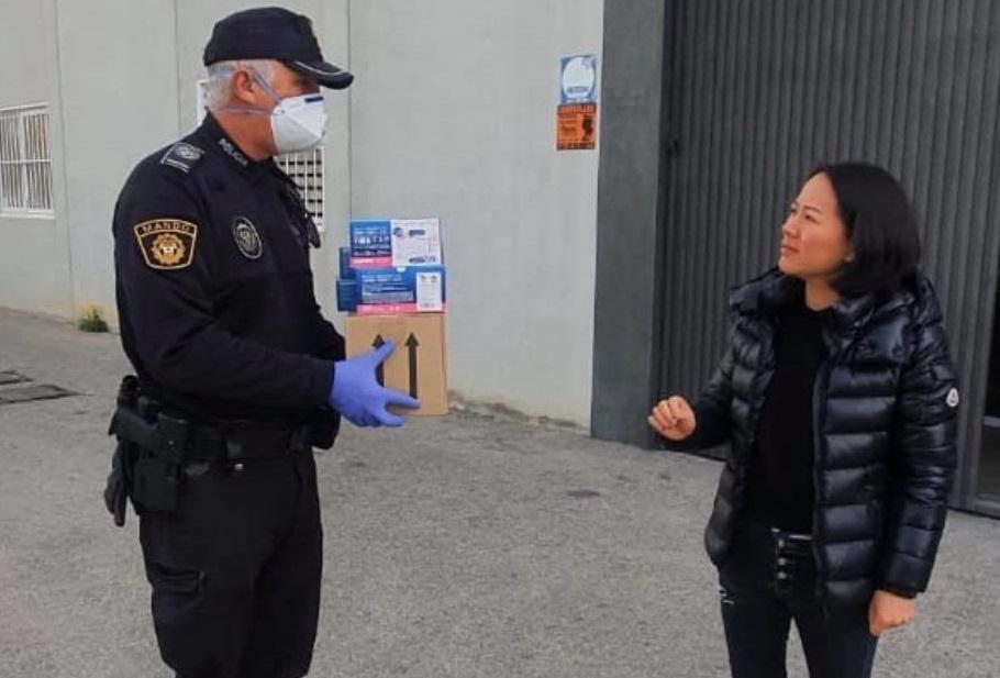 La comunidad china de Crevillent dona material de protección a la Policía de Dolores 6