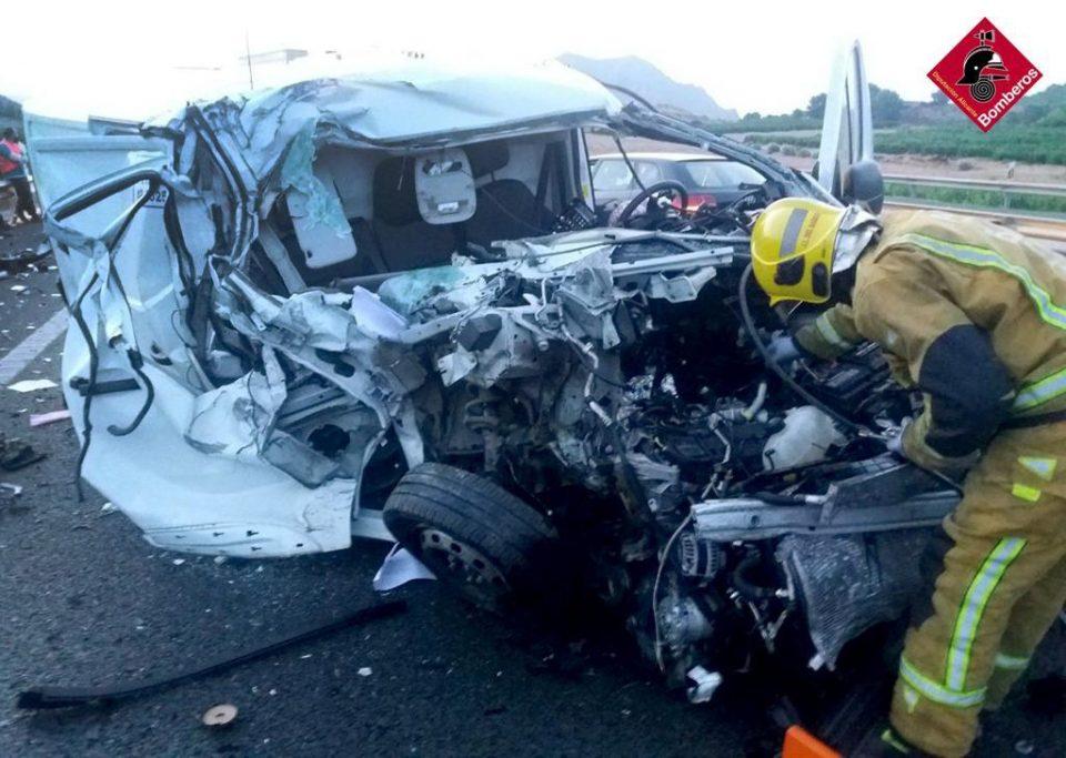 Herido un chico de 30 años al colisionar con un camión en la A7 a la altura de Orihuela 6