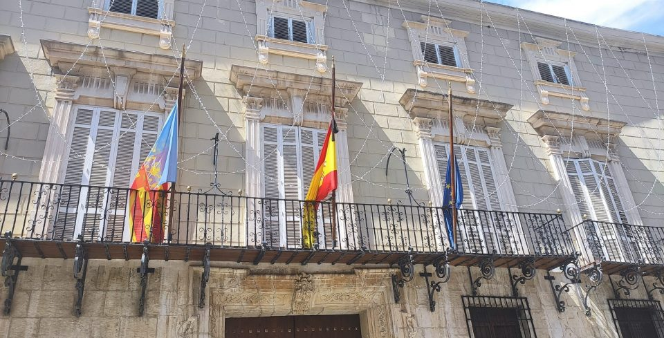 Banderas a media asta en Orihuela 6