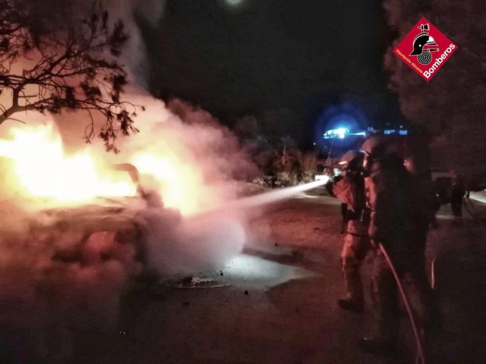 Los bomberos sofocan el incendio de un coche robado en San Fulgencio 6