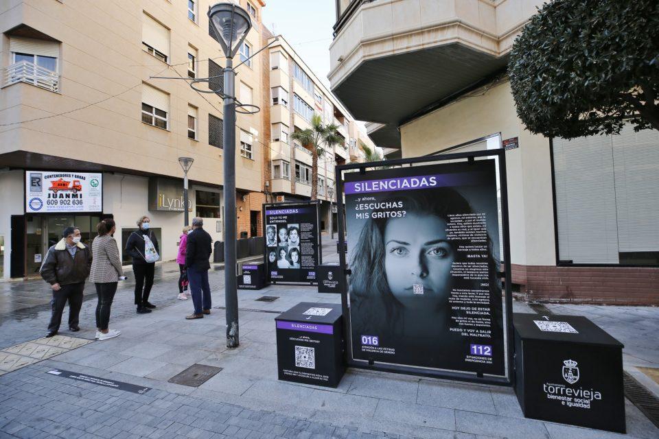 'Silenciadas': una exposición interactiva en la calle de Torrevieja contra la violencia machista 6