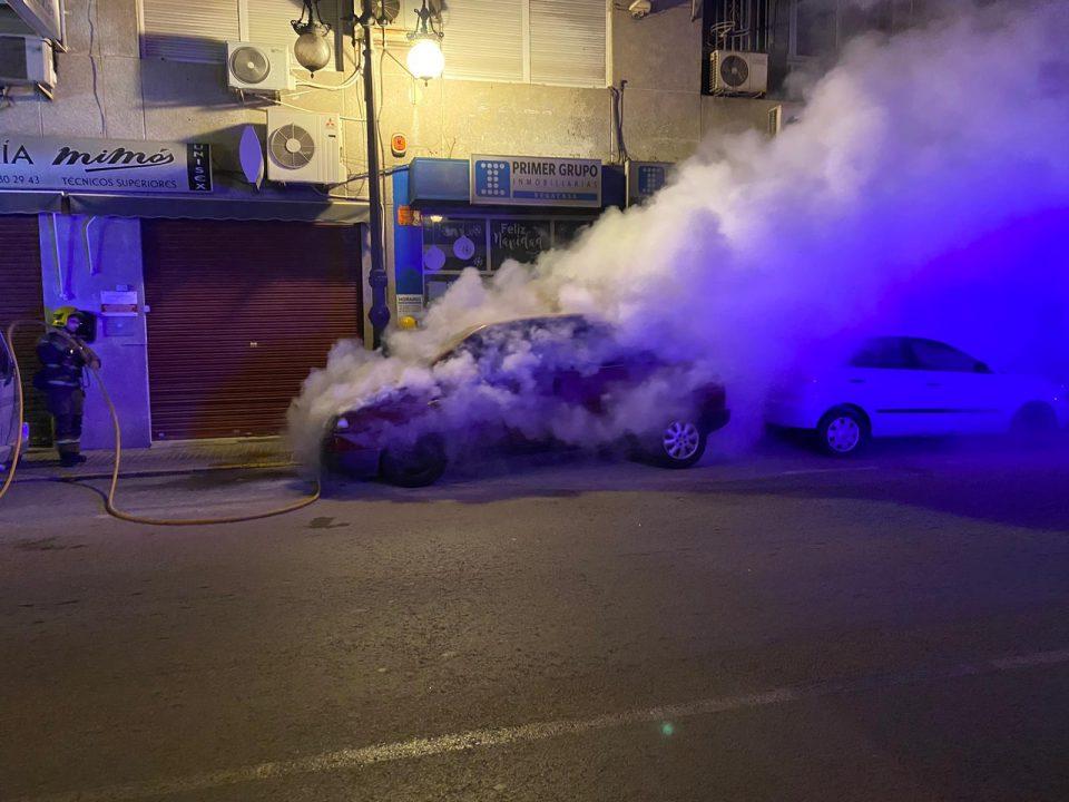 Un coche se incendia en el casco urbano de Orihuela 6