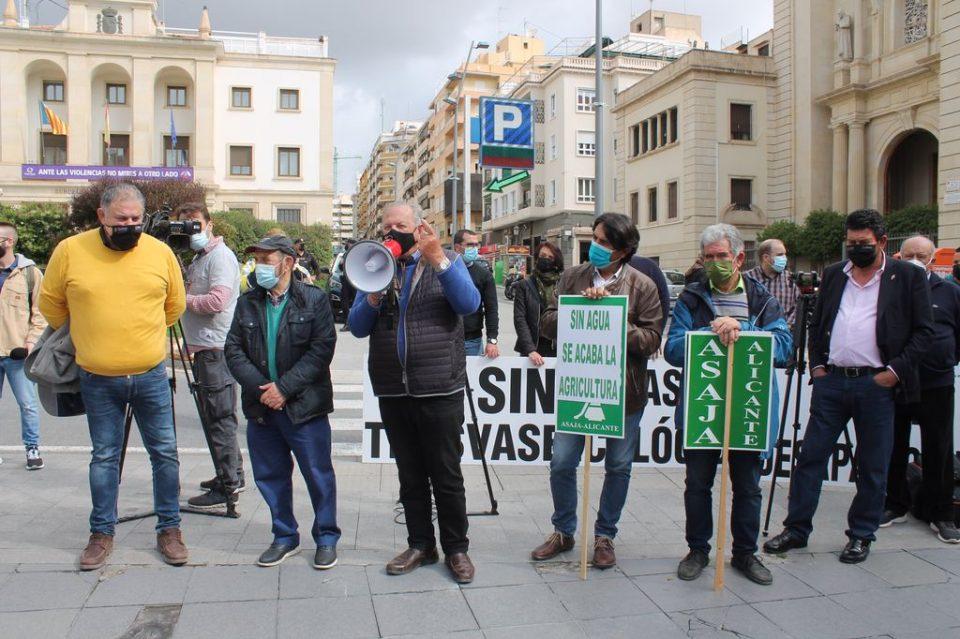 Los regantes arrancan las protestas que llevarán hasta Madrid por los recortes en el Trasvase 6